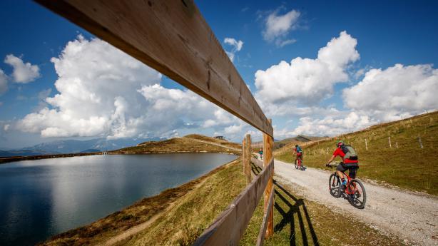 KAT-Bike Kitzbüheler Alpen  Grasbewachsene Berge, feine Hütten und gediegene Wellnesstempel. Wir waren auf Mini-Transalp quer über die Kitzbüheler Alpen zwischen Hopfgarten und Fieberbrunn.