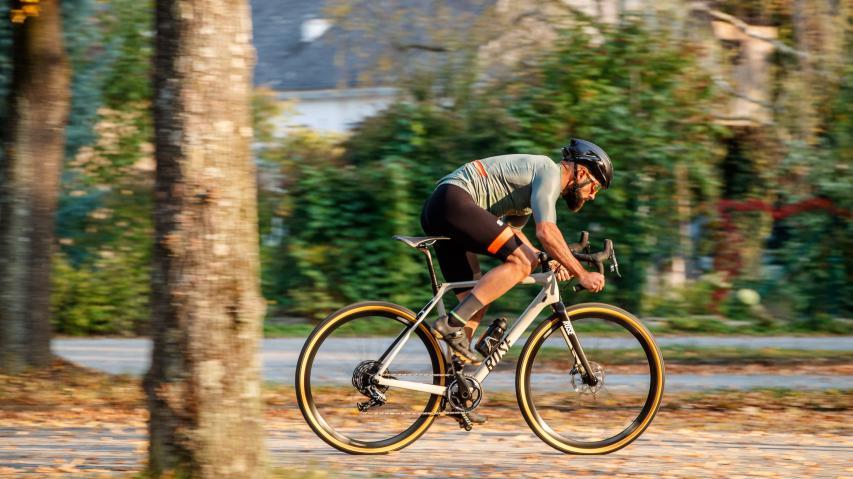 Sportful SupergiaraHigh-Tech Funktionsbekleidung für Gravelracer. Sportfuls neue Supergiara-Kombi aus Jersey und Bibs im Kurztest.