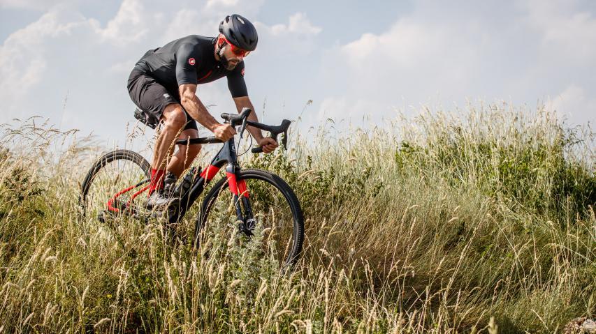 Cannondale Topstone Carbon 2020Vielseitiges und besonders komfortables Gravel- und Allroadbike mit Heckfederung, sportlicher Endurance-Geometrie und großer Reifenfreiheit für bis zu 40 mm (700c/28 Zoll) bzw. 48 mm (650b/27,5 Zoll) breite Reifen.