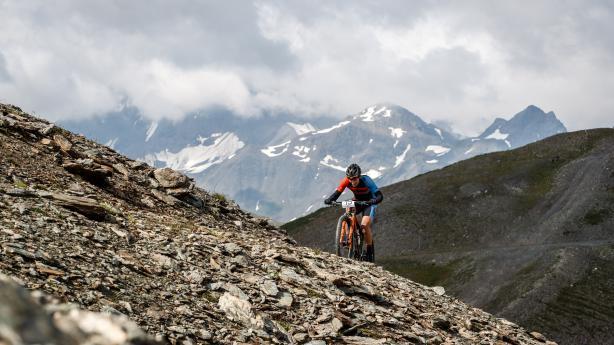 Ischgl Ironbike 2019 - Marathon BildberichtNicht nur die 3.700 Höhenmeter auf knapp 77 km machen das Rennen zu einem der härtesten Europas, auch 2°C und Graupelschauer auf 2.700m Seehöhe trugen heuer einen kleinen Teil zum Mythos Ironbike bei.