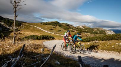 Mountainbiken in der Bikeregion Mürztal Stille Täler, lichte Höhen. In die beeindruckende Bergwelt um Mürzzuschlag lockt ein neu adaptiertes Forststraßennetz.