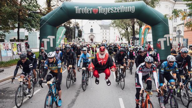 Gravel Innsbruck 2019 - BildberichtKein Rennen, aber der Herausforderungen genug. Kein Wettkampf, aber der Modi zwei. Keine Sieger, aber der Gewinner viele. Die besten Bilder vom Tiroler Multi Terrain Cycling Abenteuer.