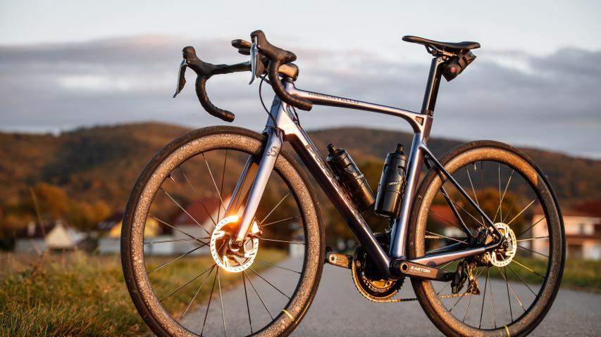 Pasculli Mercatello Aero-Rennrad 2020Test des neuen, semi-integrierten Nobelhobels, der Carbon auf Maß mit individuellem Design und geringstem Luftwiderstand kombiniert.
