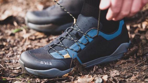 Fizik Terra Ergolace X2Fizik macht einen Abstecher auf die Trails: Vielseitiger MTB-Schuh für alles von Singletrail bis Schotterstraße.