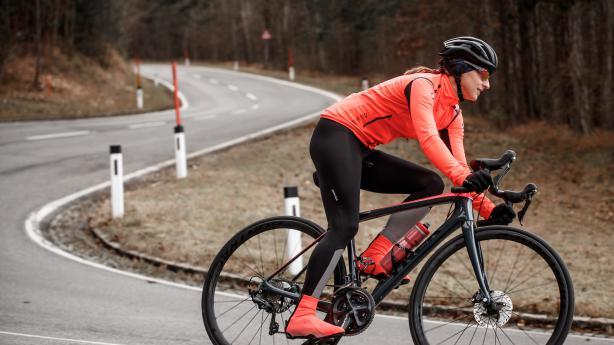 Castelli Winter-Bikewear für FrauenWeil in der kalten Jahreszeit nicht nur Y-Chromosomen Frischluft brauchen: Feinster italienischer Zwirn per la donna für den Wintereinsatz ...