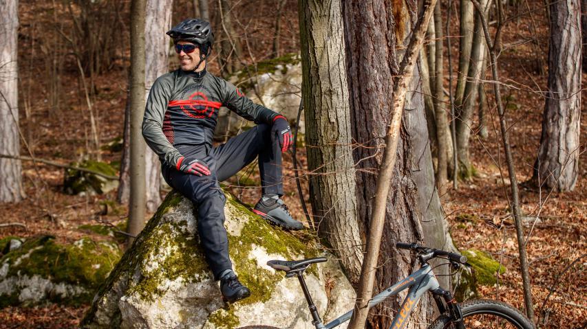 Pearl Izumi Bekleidung für die ÜbergangszeitWarmes fürs Gelände. Pearl Izumi stattet Mountainbiker von Kopf bis Fuß für kühle Witterungsverhältnisse aus.