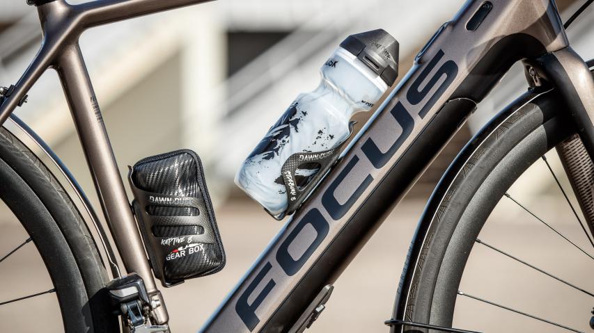 Dawn to Dusk Trinkflaschen und Zubehör für Gravel und MTB Eigens für Gravel, Cyclocross und MTB entwickelte Trinkflaschen mit optimierten Haltern für verschiedene Montageposition und Untergründe.