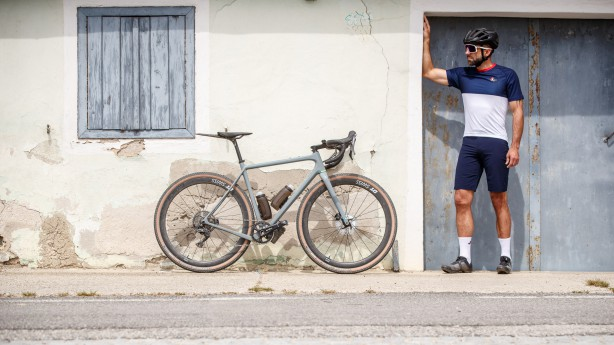 Café du Cycliste: Gravel-Kollektion mit dem Flying FishIrgendwo zwischen der See und dem Himmel, der frischen Luft und dem tiefen Blau: ein Showroom über die liebevolle Gravel-Interpretation der passionierten Radbekleidungsmarke aus Frankreich.
