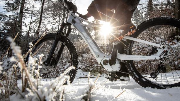 E-Biken im WinterIst das Land weiß umsponnen, warten auf Biker besondere Wonnen - vorausgesetzt, sie beachten ein paar einfache Dinge. Eine kleine Handreichung für ungetrübtes Outdoor-Vergnügen am E-MTB in der kalten Jahreszeit, gültig über weite Teile auch beim Biken ohne Strom.