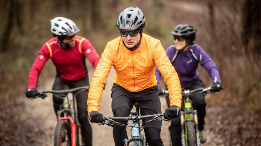 Sena M1 & M1 Evo MTB Smart Helme Miteinander reden. Telefonanrufe tätigen. Musik hören. Sena ermöglicht mit zwei neuen Helmen nun auch Mountainbikern ein gemeinsames Fahrerlebnis. #RideConnected
