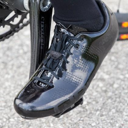 Giro Bekleidung: Back in black