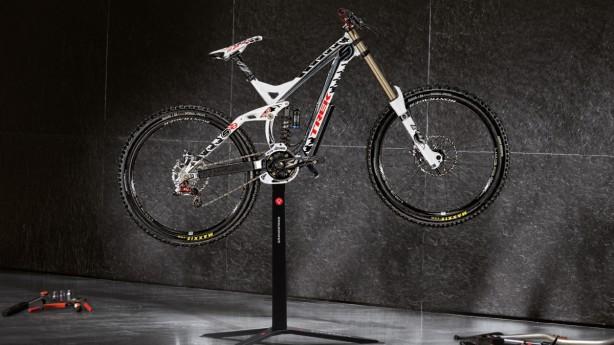 Grandstand WorkstationSIZE DOES MATTER. Reinrassiger Montageständer für Rennräder, MTBs und schwere Downhillbikes.