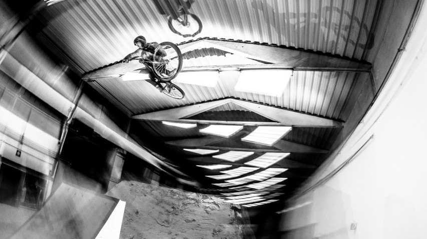 DIRTHANGARBalzamico Trail Design hat Österreichs größte Indoor-Flughalle gebaut. Am 21.12. wird mit einem Dirt Contest eröffnet.