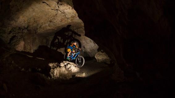 GT Sensor ProDas extravagante All-Mountain von GT in der Alu-Version + Pearl Izumi X-Alp Trikot + X Project Schuhe in krass leuchtenden Farben + der Casco Cuda Enduro Helm in der neuen Version.