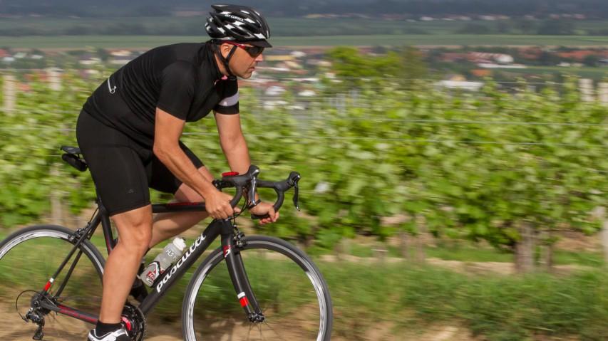 """Pasculli Tomarlo: Rad nach MaßFrüher war ein """"Rad nach Maß"""" fast ausschließlich professionellen Radsportlern vorbehalten. Heute ist es umgekehrt: Kaum ein Profi kann sich aussuchen, was er fährt. Wir Konsumenten hingegen können kaufen und fahren, was wir wollen."""