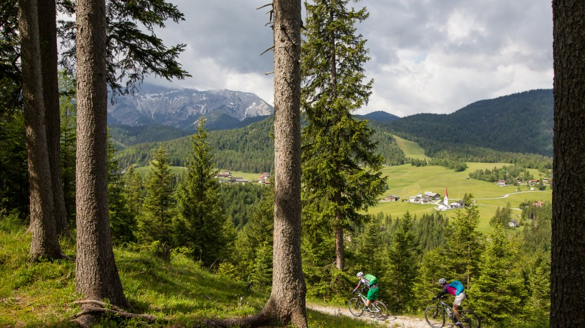 Alpines Gondeln mit der Bikeschaukel TirolZwischen Trailgenuss und Radwandertag, Spitzenküche und Badespaß. Die vielen Facetten des neuen innertirolerischen Alpencross mit Gondelunterstützung, erfahren anhand der Etappen 10 und 11.