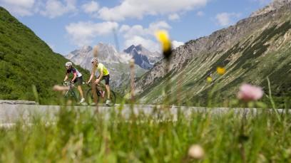 Rennrad-Region St. Anton am ArlbergPanoramablick und Höhenluft, Geschwindigkeitsrausch und Wettersturz. Rennradfahren an der Grenze zwischen Tirol und Vorarlberg bietet alles, was sportliche Biker wünschen - und spätestens beim Schuhplattl'n auch noch mehr ...