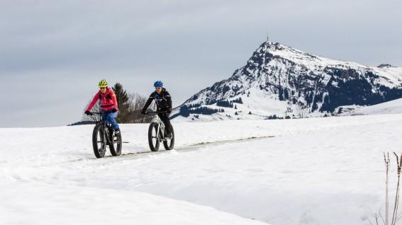 FATBIKE FESTIVAL KIRCHBERGAuf richtig breiten Reifen durch Tiefschnee, Matsch und Gatsch. Unsere Fahreindrücke vom europaweit ersten Winter-Festival für fette Brummer im Brixental.
